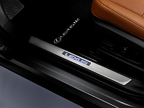 Lexus UX Accessory – ILLUMINATED DOOR SILLS.