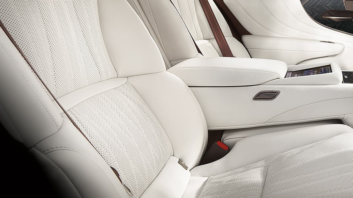 22-WAY POWER ADJUSTABLE REAR SEATS WITH MULTIFUNCTION MASSAGE