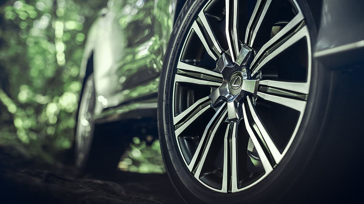 21-INCH SPLIT-10-SPOKE ALLOY WHEELS WITH BLACK AND MACHINED FINISH