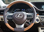 WOOD- AND LEATHER-TRIMMED STEERING WHEEL