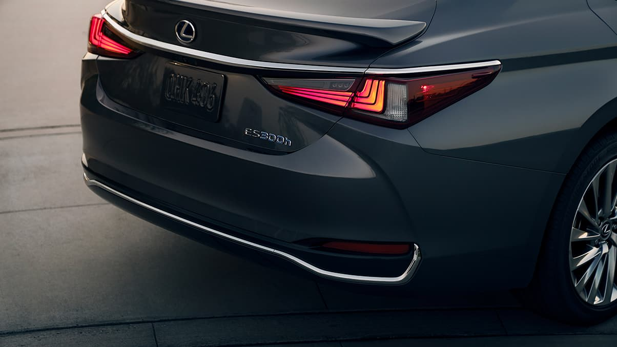 Lexus Takes Safety Seriously The All New Es Has State Of Art Adaptive Lighting System For Automobiles Led Taillamps
